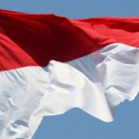 Policja: Oszuści odwracają flagi Indonezji i sprzedają jako polskie