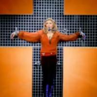 Madonna wstrząśnięta historią powstania warszawskiego. W hołdzie przybije się do symbolu Polski Walczącej